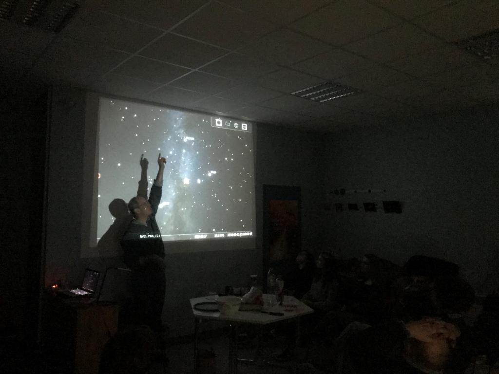 David Smith, directeur de recherche au Centre d'Etude Nucléaire de Bordeaux Gradignan et membre de l'A.B.E.R.A montre les constellations via le logiciel Stellarium.